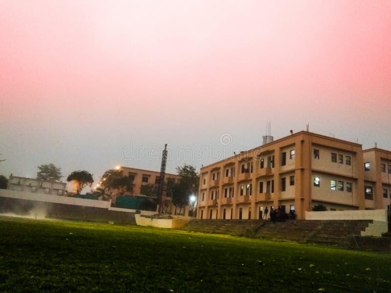 Natur, Sonnenuntergang u. Gebäude lizenzfreies stockfoto