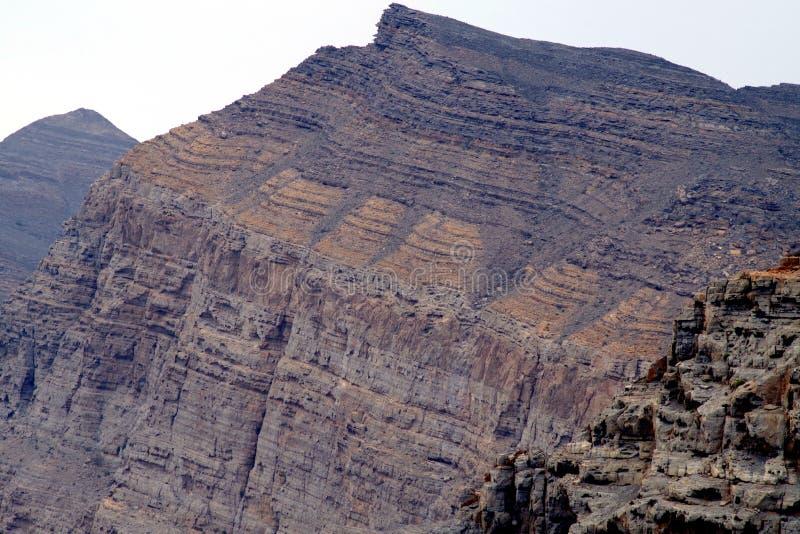 Natur und geologischer Wissenschaftshintergrund mit farbigen verschiedenen Schichten Felsen lizenzfreie stockbilder