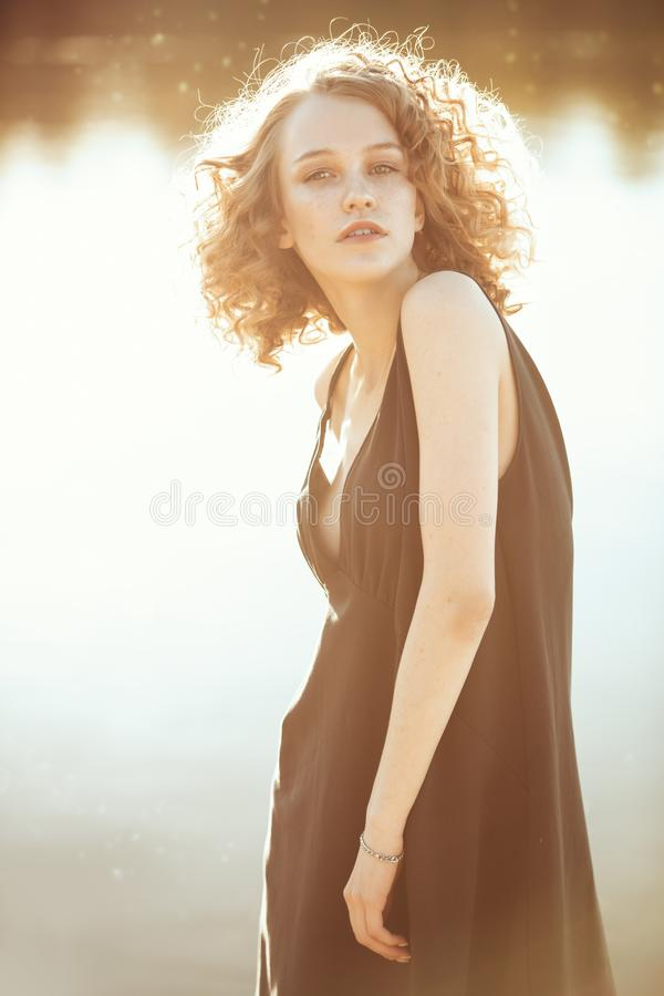 Natur und schwarzes Kleid lizenzfreie stockfotos