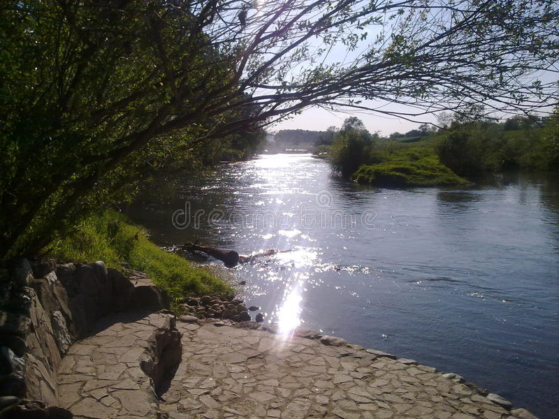 Natur vatten floden, solnedgången, kolubaraskogar seglar utmed kusten fotografering för bildbyråer