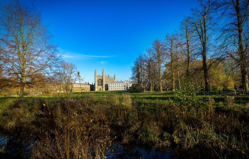 Natura di autunno e re College a Cambridge, Regno Unito sui precedenti immagine stock