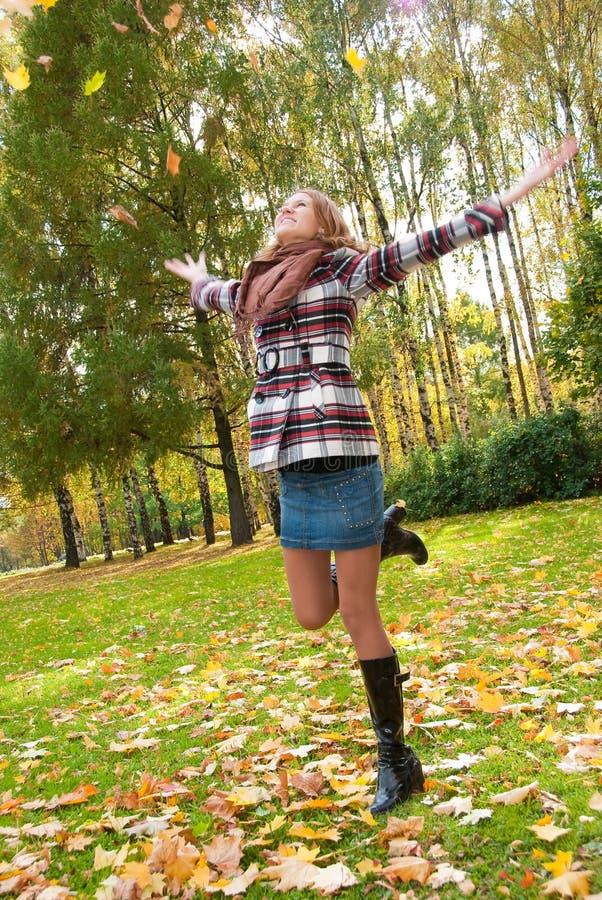 natura felice della ragazza di autunno fotografia stock