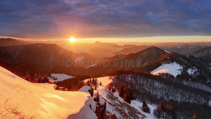 Natura Halny szczyt przy zimą - Sistani, panorama obrazy royalty free
