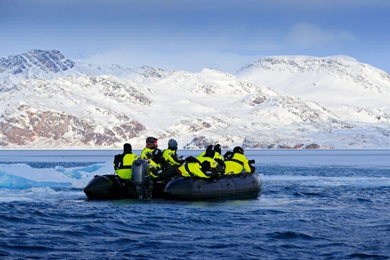 Natura kochankowie w Arktycznym Svalbard, Norwegia Motorowa łódź z touris zdjęcie stock