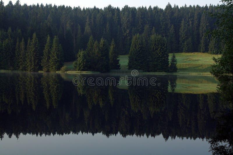 Natura, lago della montagna, rispecchiantesi immagini stock