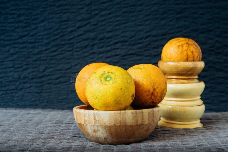 Natura morta arancio con luce naturale fotografia stock