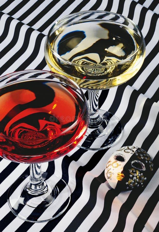 Natura morta con bicchiere di vino e la maschera fotografie stock libere da diritti