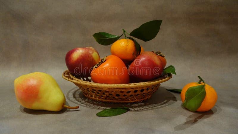 Natura morta con frutta in un piatto fotografie stock libere da diritti