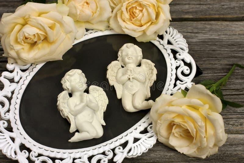 Natura morta con gli angeli ed i fiori immagini stock libere da diritti