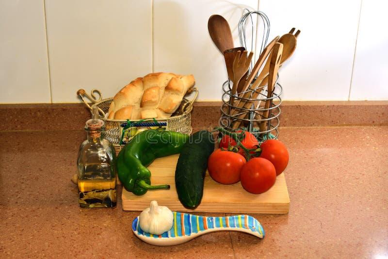 Natura morta con gli ingredienti per fare zuppa di verdure fredda andalusa immagine stock libera da diritti