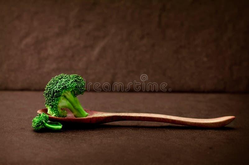 Natura morta con i broccoli verdi freschi sul piatto di pietra nero fotografia stock libera da diritti