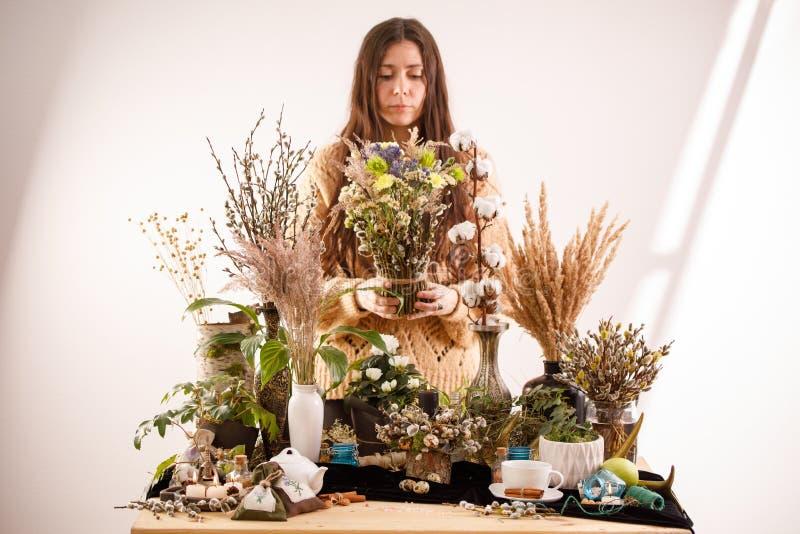Natura morta con i fiori ed i rami asciutti del salice su una tavola di legno decorazione decorazioni, rami asciutti del salice e fotografie stock libere da diritti