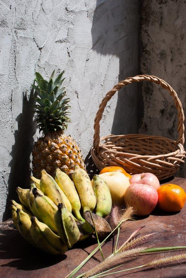 Natura morta con i frutti e un canestro immagini stock