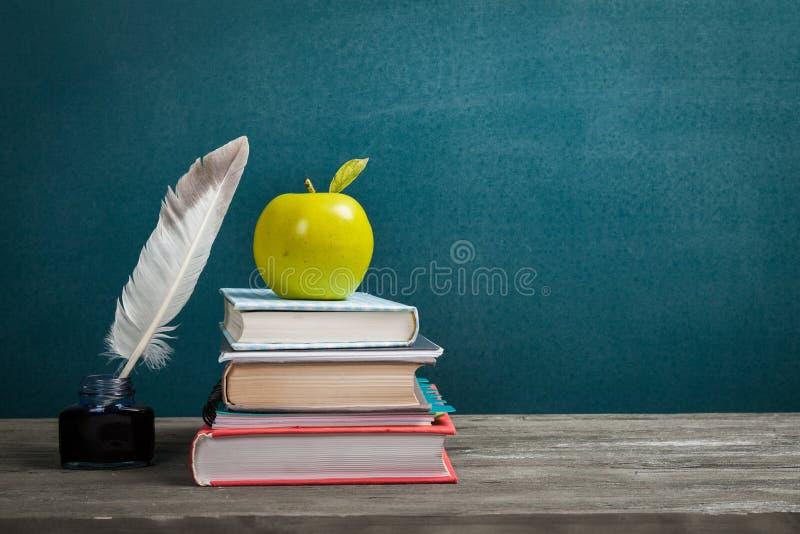Download Natura Morta Con I Libri, La Piuma E La Mela Di Scuola Immagine Stock - Immagine di imparare, insegnamento: 117977979