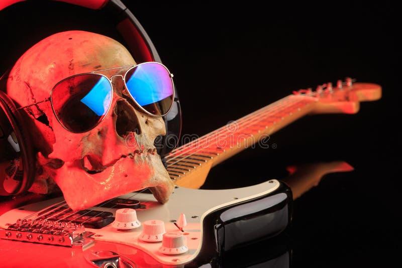 Natura morta con il cranio e la chitarra elettrica immagine stock libera da diritti