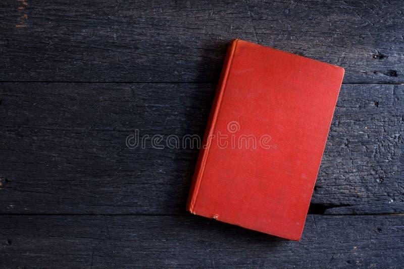 Natura morta con il vecchio libro su di legno fotografie stock libere da diritti