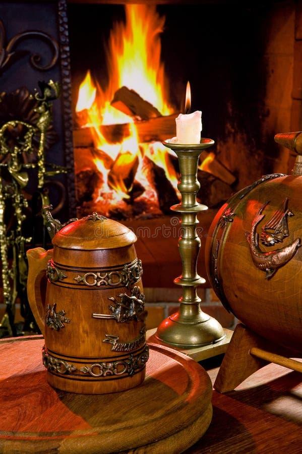 Natura morta con la candela e la tazza di legno immagine stock