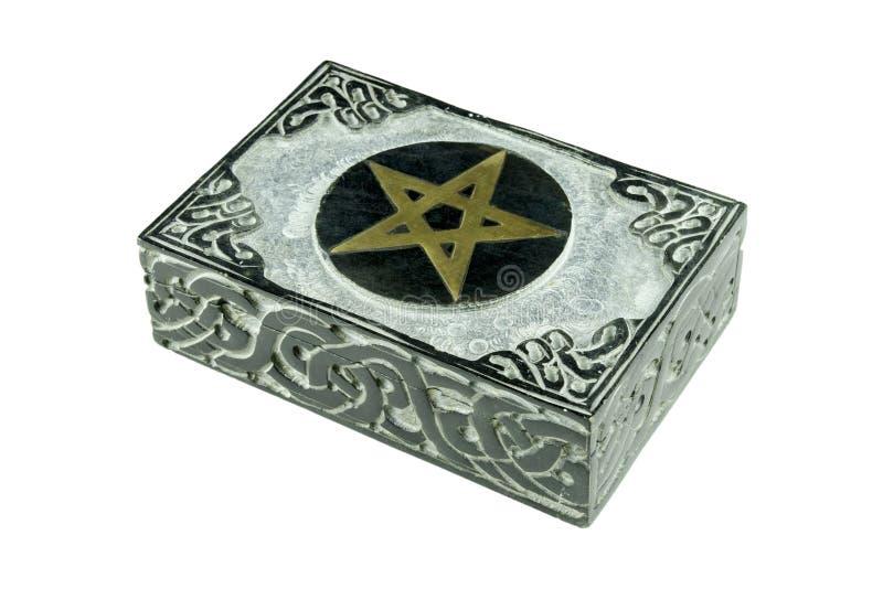 Natura morta con la scatola mistica esoterica di pietra chiusa con il pentagramma scolpito del segno e gli ornamenti isolati fotografia stock