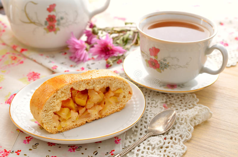 Natura morta con la torta di mele ed il tè fotografia stock libera da diritti