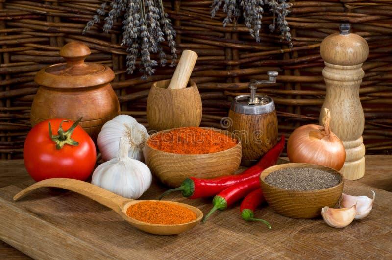 Natura morta con pepe ed aglio con gli utensili di legno immagine stock