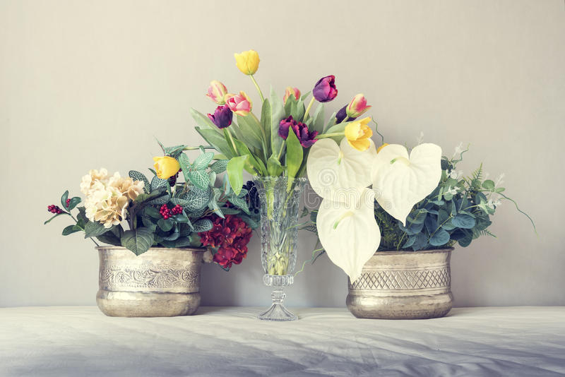 Natura morta con un bello mazzo di fiori, tono d'annata di colore fotografia stock