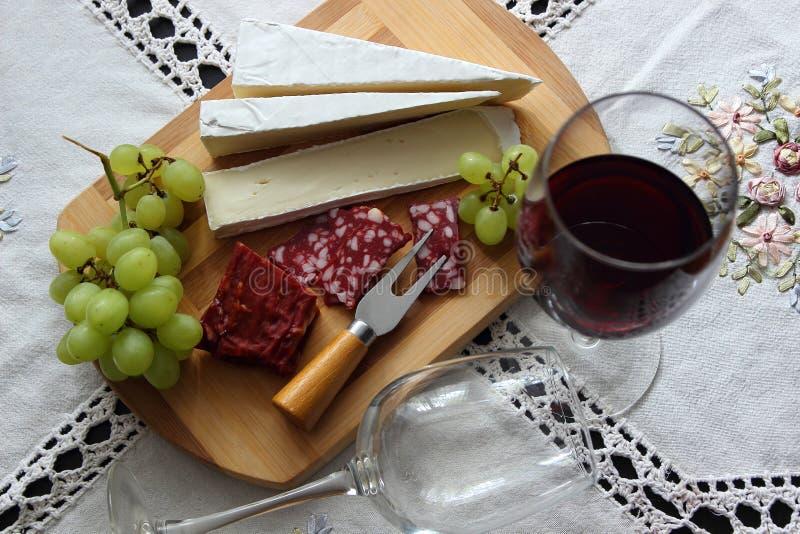 Natura morta con vino, formaggio a pasta molle fotografie stock libere da diritti