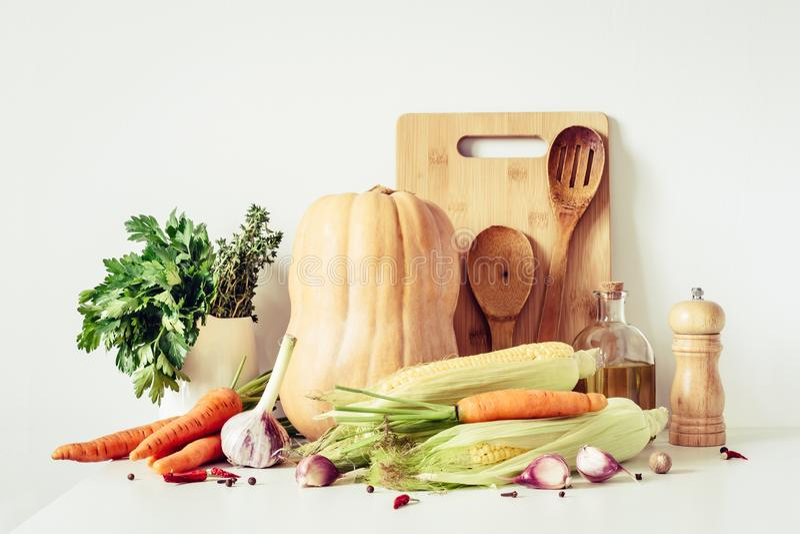 Natura morta degli ingredienti alimentari vegetariani di autunno e degli utensili della cucina Verdure per la cottura sana fotografia stock