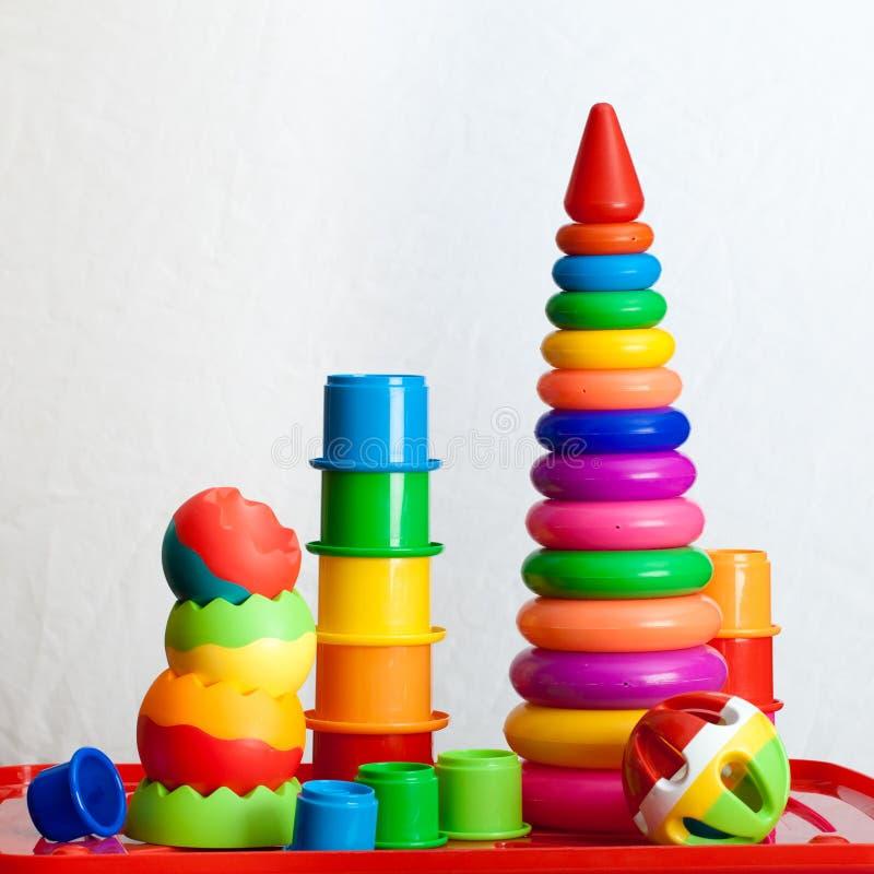 Natura morta dei dai giocattoli colorati multi fotografia stock libera da diritti