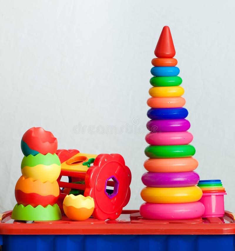 Natura morta dei dai giocattoli colorati multi immagini stock libere da diritti
