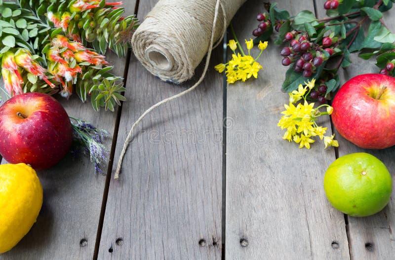 Natura morta dei fiori e della frutta con il concetto dello spazio sulla linguetta di legno immagini stock libere da diritti