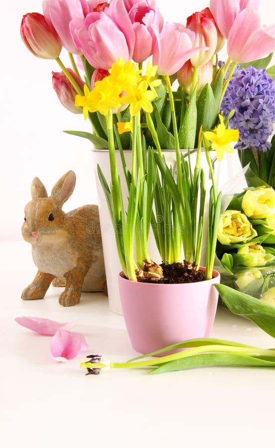Natura morta dei fiori variopinti della molla per Pasqua immagini stock libere da diritti