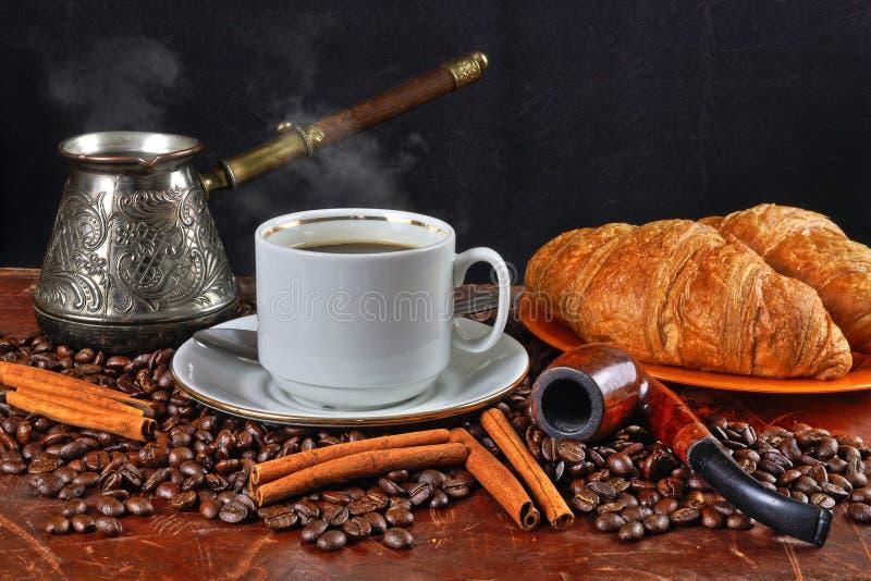 Natura morta del caffè con un tubo per fumare immagine stock