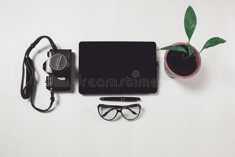 Natura morta della compressa e della macchina fotografica