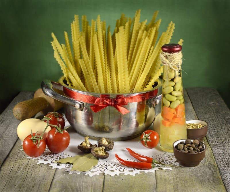 Natura morta della cucina con gli spaghetti fotografia stock libera da diritti