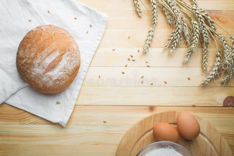 Natura morta della cucina da farina, dalle orecchie del grano, dal pane e dalle uova fotografia stock libera da diritti
