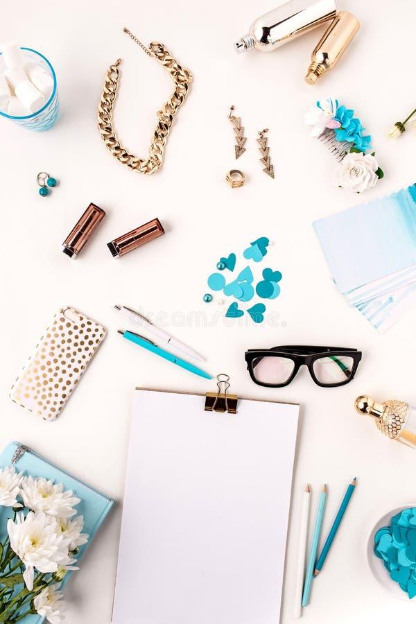 Natura morta della donna di modo, oggetti blu su bianco immagine stock libera da diritti
