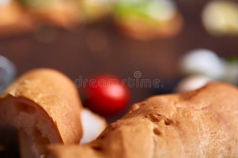 Natura morta della prima colazione con i panini, uova di quaglia, spicies e frutta e verdure fresche, fuoco selettivo fotografie stock