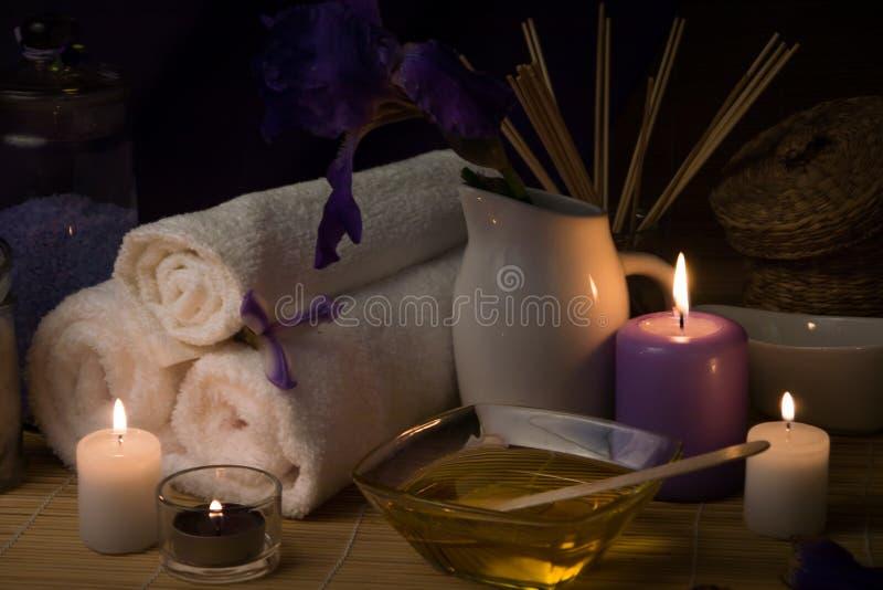 Natura morta della stazione termale con il fiore, asciugamano fotografie stock