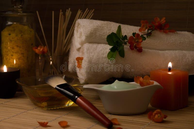 Natura morta della stazione termale con il fiore, candele fotografia stock