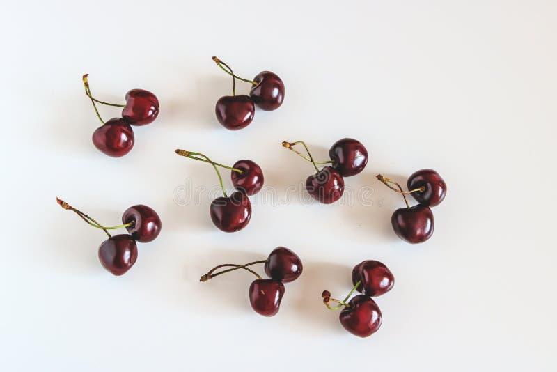 Natura morta delle ciliegie rosse su un fondo bianco fotografia stock libera da diritti