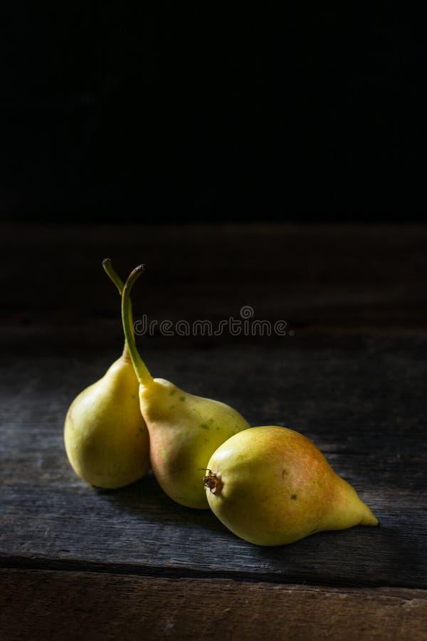 Natura morta delle mele e delle pere sulla tavola Umore di autunno immagine stock