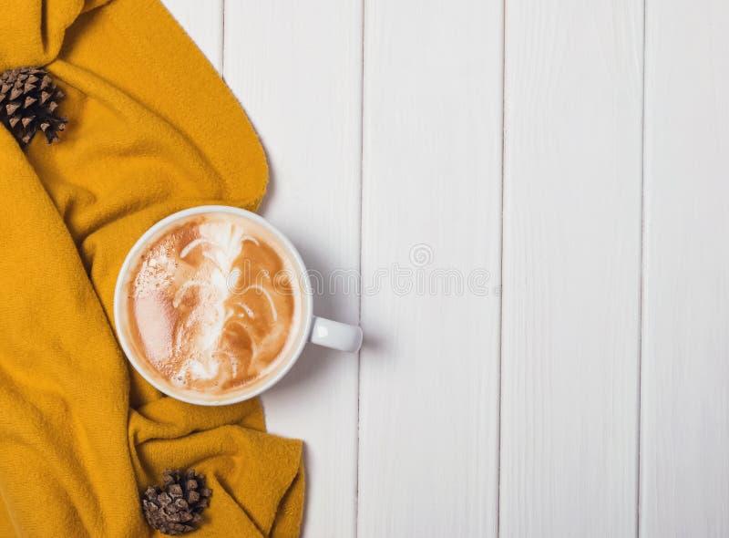 Natura morta di autunno con cappuccino caldo fotografia stock