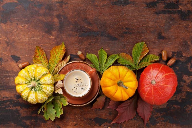 Natura morta di autunno con le zucche ed il caff? fotografia stock libera da diritti