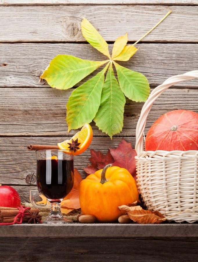 Natura morta di autunno con vin brul? e le zucche immagine stock