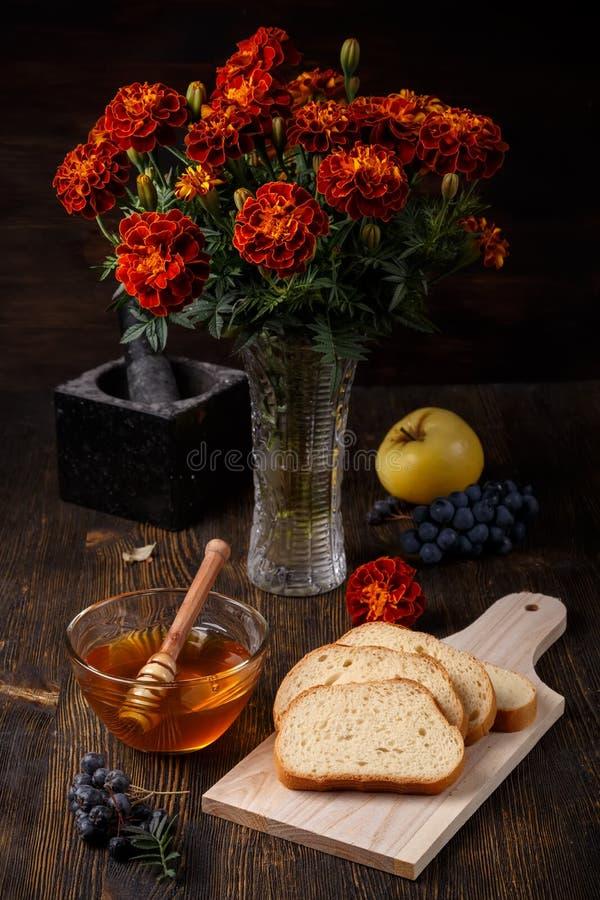 Natura morta di caduta di autunno con miele in una ciotola di vetro immagine stock libera da diritti