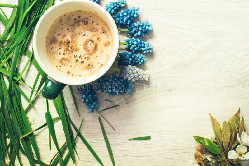 Natura morta di caffè e dei fiori immagine stock