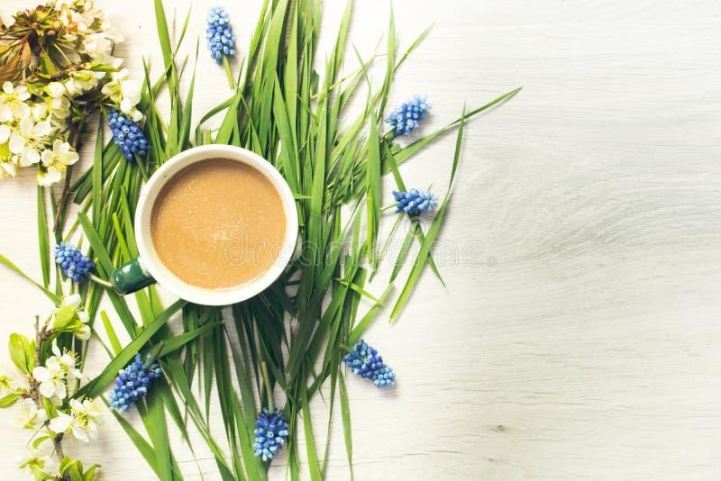 Natura morta di caffè e dei fiori fotografia stock libera da diritti