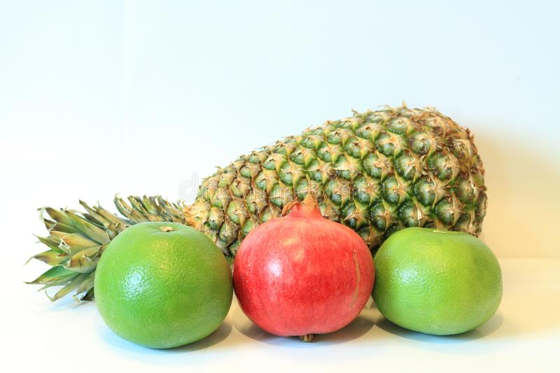 Natura morta di frutta appetitosa, ananas, melograno, limone, mela, pera, kiwi, pompelmo, longan, a lungo-kong immagine stock
