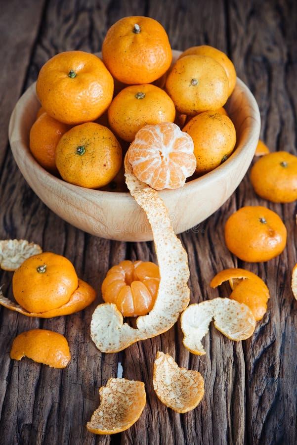 Natura morta di frutta arancio in ciotola su vecchio fondo di legno immagine stock