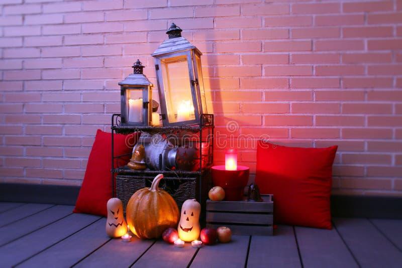 Natura morta di Halloween illuminata con le zucche e le candele fotografie stock libere da diritti